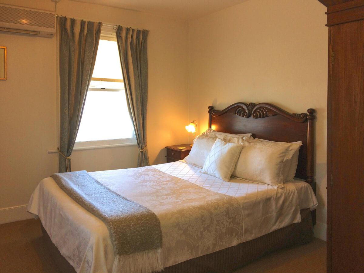 Heritage Queen en-suite room at The Racecourse Inn, Longford, Tasmania.